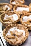 Pan cortado fresco del trigo integral en cestas Imagen de archivo libre de regalías