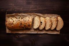 Pan cortado fresco en la opinión superior del fondo de madera oscuro Imagen de archivo libre de regalías