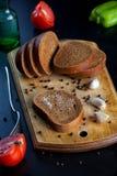 Pan cortado y tomates rojos fotografía de archivo libre de regalías