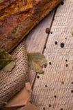 Pan crujiente, crujiente en un fondo de madera Primer de un baguette con las especias en un fondo de la tabla Pasteles franceses fotos de archivo