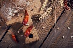 Pan crujiente del multigrain fresco, pimienta fría y oídos del trigo en a Imagen de archivo