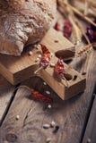 Pan crujiente del multigrain fresco, pimienta fría y oídos del trigo en a Fotografía de archivo