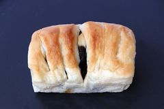 Pan cuadrado de la forma con el relleno de la pasa fotografía de archivo libre de regalías