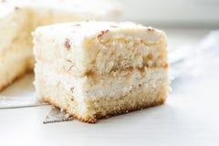 Pan cuadrado de la torta poner crema adornado con el cacao, mentiras en el padd Imágenes de archivo libres de regalías