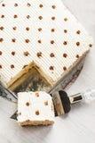 Pan cuadrado de la torta poner crema adornado con el cacao, mentiras en el padd Imagen de archivo