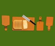 Pan, cuchillos e illist de madera Fotos de archivo
