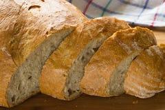 Pan curruscante y perfumado cortado imagen de archivo libre de regalías