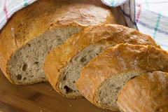 Pan curruscante y perfumado cortado imagen de archivo