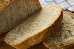 Pan curruscante y perfumado cortado imágenes de archivo libres de regalías