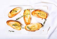 Pan de ajo fresco con las hierbas Foto de archivo libre de regalías