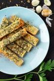 Pan de ajo hecho en casa en tostada Fotos de archivo libres de regalías