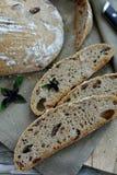 Pan de pan amargo del artesano con albahaca y aceitunas imagenes de archivo
