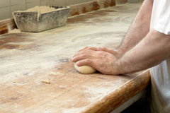 Pan de amasamiento en la mano del panadero Fotos de archivo libres de regalías