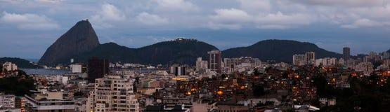 Pan de azúcar y favela panorámicos en el anochecer - Rio de Janeiro Imagen de archivo libre de regalías