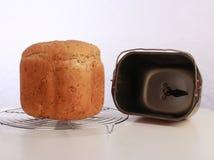 Pan de Breadmaker con el cubo y la paleta Foto de archivo libre de regalías