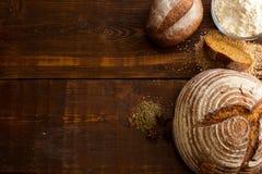 Pan de Brown en la tabla de madera Fotos de archivo libres de regalías