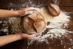 Pan de Brown en manos Foto de archivo libre de regalías
