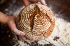 Pan de Brown en manos Fotos de archivo