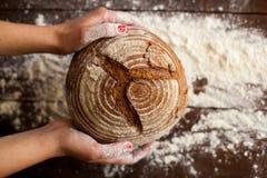 Pan de Brown en manos Fotografía de archivo libre de regalías