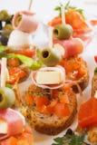Pan de Bruschetta con los ingredientes alimentarios italianos Fotografía de archivo