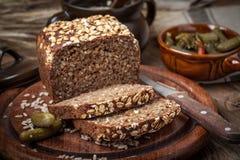 Pan de centeno entero del grano con las semillas Fotos de archivo libres de regalías