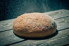 Pan de centeno fresco en la tabla de la panadería foto de archivo