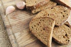 Pan de centeno tostado en un tablero de madera Estilo rústico fotografía de archivo libre de regalías