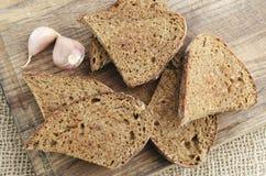Pan de centeno tostado en un tablero de madera Estilo rústico foto de archivo