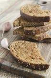 Pan de centeno tostado en un tablero de madera Estilo rústico fotos de archivo libres de regalías