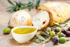 Pan de Ciabatta con aceite de oliva. Foto de archivo
