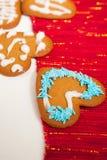 Pan de jengibre adornado de la Navidad Imágenes de archivo libres de regalías