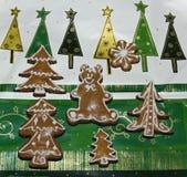 Pan de jengibre adornado de la Navidad Imagenes de archivo