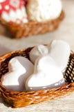 Pan de jengibre bajo la forma de corazones en una cesta de madera Foto de archivo libre de regalías