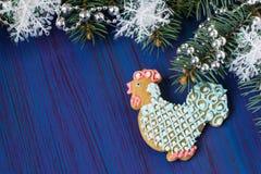 Pan de jengibre bajo la forma de gallo - símbolo de 2017 Fotografía de archivo libre de regalías