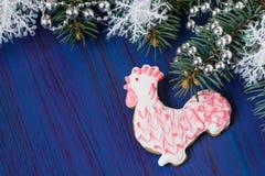Pan de jengibre bajo la forma de gallo - símbolo de 2017 Foto de archivo libre de regalías