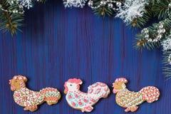 Pan de jengibre bajo la forma de gallo - símbolo de 2017 Fotos de archivo libres de regalías