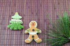 Pan de jengibre comestible y un árbol de navidad Foto de archivo