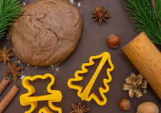 Pan de jengibre de la hornada de la Navidad, fondo: cortadores de la pasta, de la harina y de la galleta Imagen de archivo libre de regalías