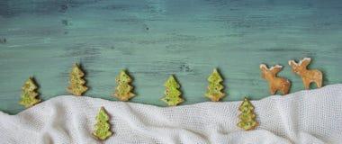 Pan de jengibre de la Navidad bajo la forma de figuras Fotos de archivo libres de regalías