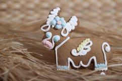 Pan de jengibre de la Navidad bajo la forma de vaca Imagen de archivo