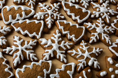 Pan de jengibre de la Navidad con la formación de hielo Foto de archivo libre de regalías