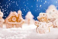 Pan de jengibre de la Navidad con nieve que cae Imagenes de archivo