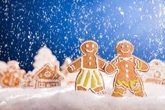 Pan de jengibre de la Navidad con nieve que cae Fotos de archivo libres de regalías