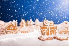 Pan de jengibre de la Navidad con nieve que cae Fotos de archivo