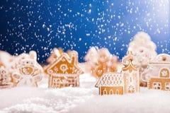 Pan de jengibre de la Navidad con nieve que cae Fotografía de archivo libre de regalías