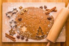 Pan de jengibre de la Navidad de la hornada Fotos de archivo libres de regalías
