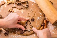 Pan de jengibre de la Navidad de la hornada Fotografía de archivo