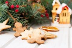 Pan de jengibre de la Navidad en el fondo de las ramas y del drie del abeto Imágenes de archivo libres de regalías