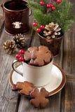Pan de jengibre de la Navidad en taza de cerámica Fotos de archivo libres de regalías