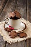 Pan de jengibre de la Navidad en taza de cerámica Foto de archivo libre de regalías